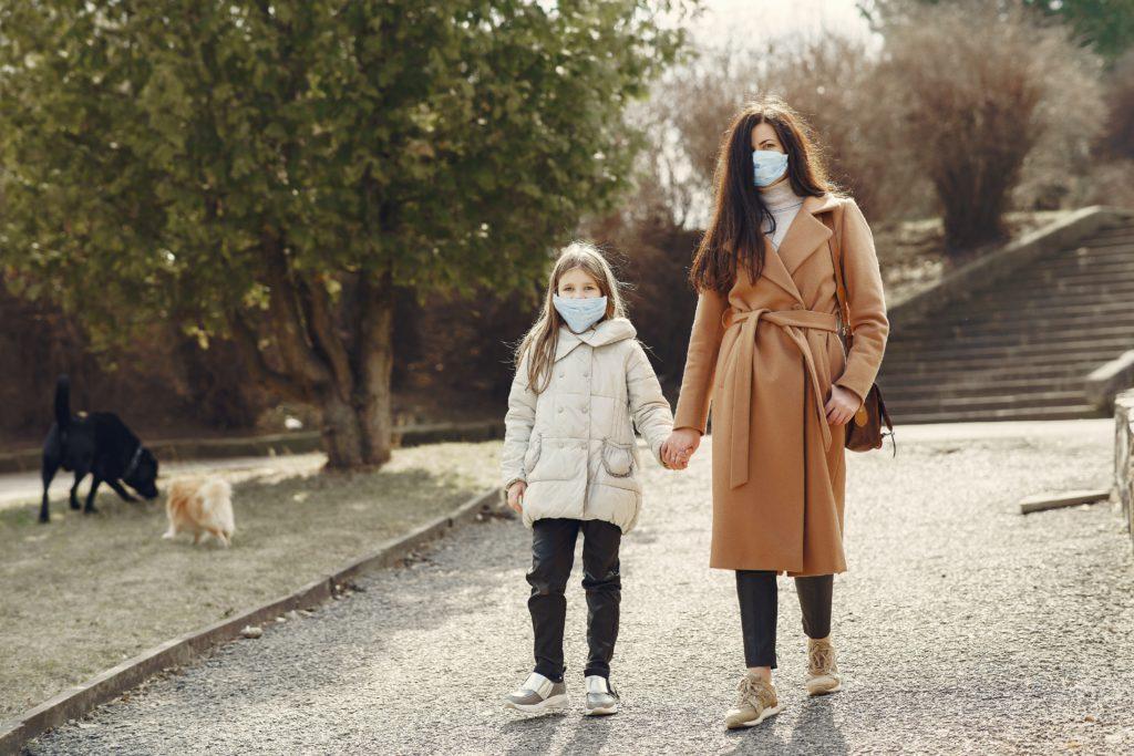 psicología infantil Madrid (madre paseando con su hija)